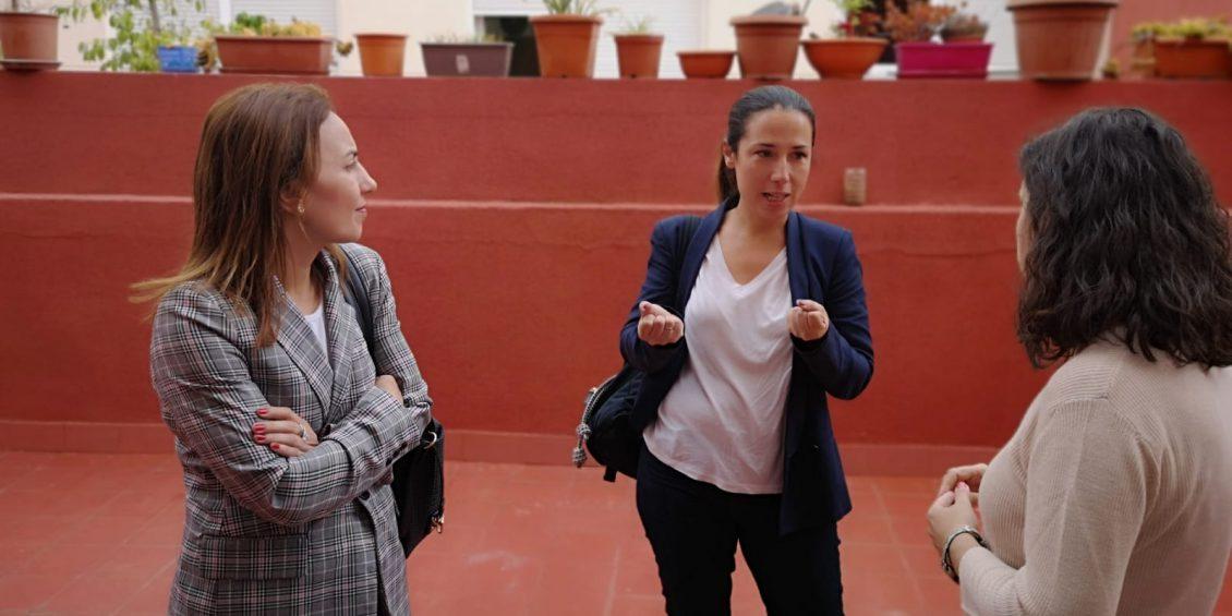 Patricia Hernández recorriendo la sede Don Bosco