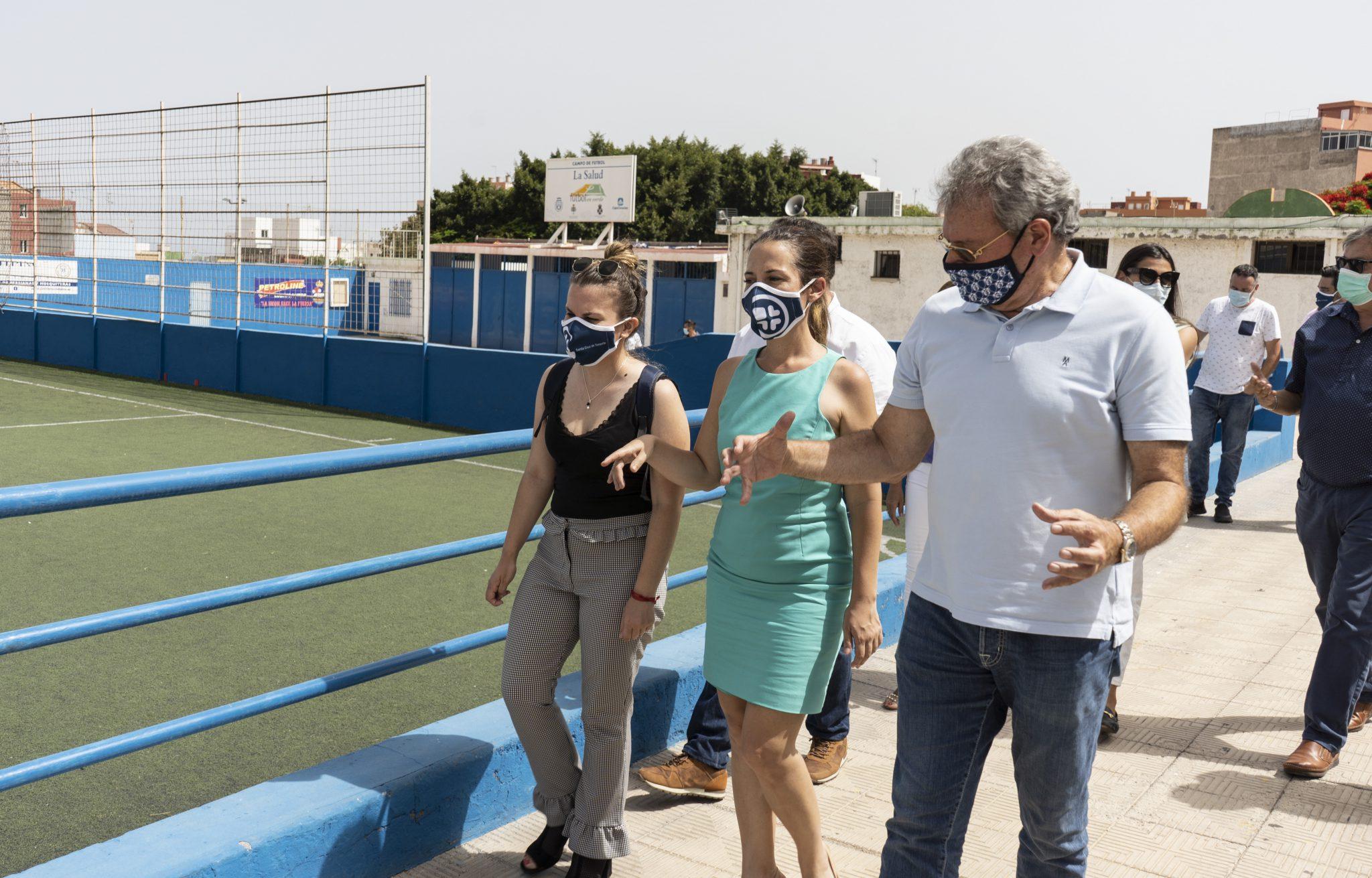 Patricia Hernández y Elena Mateo en el campo de fútbol de La Salud